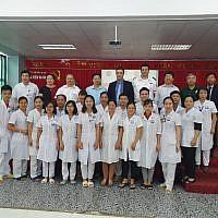 L'ambassadeur Nadav Eshcar et un groupe de stagiaires cardiologues, le 17 septembre, dans la province de Bac Kan, au Vietnam. (Crédit : Twitter / Nadav Eshcar)
