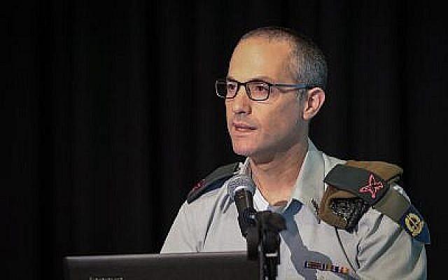 L'Avocat général des armées, le général de division Sharon Afek, prend la parole lors d'une conférence à Tel Aviv, le 25 avril 2017. (Roy Alima/Flash90)