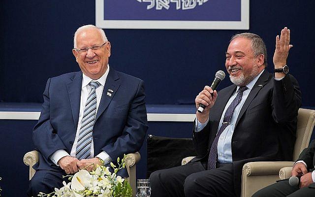 Le Président Reuven Rivlin, (à gauche), et Avidgor Liberman, alors ministre de la Défense, lors d'une cérémonie à la Résidence du Président à Jérusalem en l'honneur de soldats exceptionnels organisée dans le cadre des célébrations du 69e anniversaire de l'indépendance d'Israël, le 2 mai 2017. (Hadas Parush/Flash90)