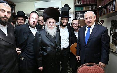 Le Premier ministre Benjamin Netanyahu accueilli par le chef de Yahadout HaTorah  Yaakov Litzman, au cours du mariage du petit-fils de Litzman, le 18 juin 2017 (Crédit :  Shlomi Cohen/FLASH90)
