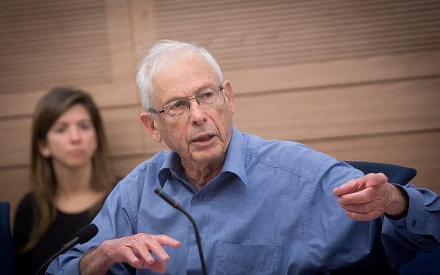 Le député du Likud Benny Begin durant une commission des Affaires étrangères et de la Sécurité à la Knesset, le 30 avril 2018 (Crédit : Miriam Alster/Flash90)