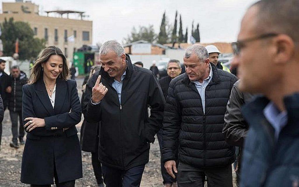 """Le ministre des Finances, Moshe Kahlon, visite le site d'un projet de construction de logements sociaux du programme """"Mechir Lemishtaken"""" à Jerusalem. (Hadas Parush/Flash90)"""