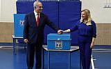 Le Premier ministre Benjamin Netanyahu et son épouse Sara ont voté dans un bureau de vote à Jérusalem lors des élections à la Knesset, le 9 avril 2019. (Haim Zach/GPO)