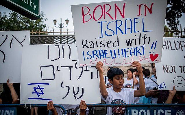 Des travailleurs philippins et leurs enfants protestent contre leur expulsion imminente devant la résidence du Premier ministre à Jérusalem, le 11 juin 2019. (Yonatan Sindel/Flash90)