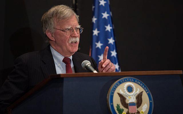 Le conseiller américain à la sécurité nationale, John Bolton, s'exprimant lors d'une conférence de presse à Jérusalem, le 25 juin 2019. (Crédit  : Noam Revkin Fenton \ Flash90)