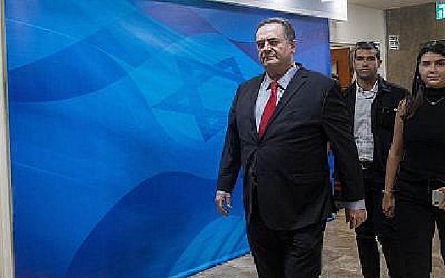 Le ministre des Affaires étrangères Israel Katz arrive à la réunion hebdomadaire du cabinet au bureau du Premier ministre de Jérusalem, le 24 juin 2019 (Crédit : Noam Revkin Fenton/Flash90)