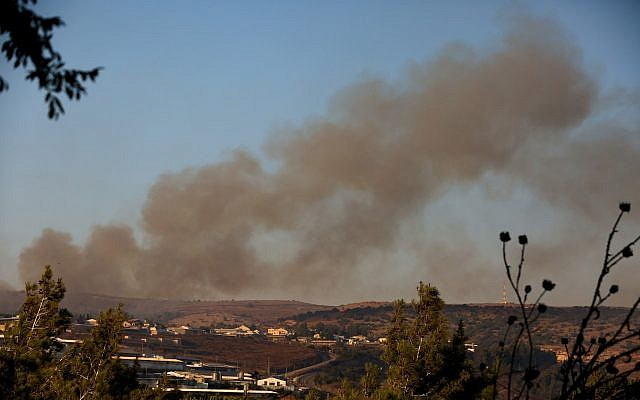 De la fumée s'échappe d'un incendie causé par une roquette tirée depuis le Liban près du Moshav Avivim, à la frontière avec le Liban, au nord d'Israël, le 1er septembre 2019. (David Cohen/Flash90)