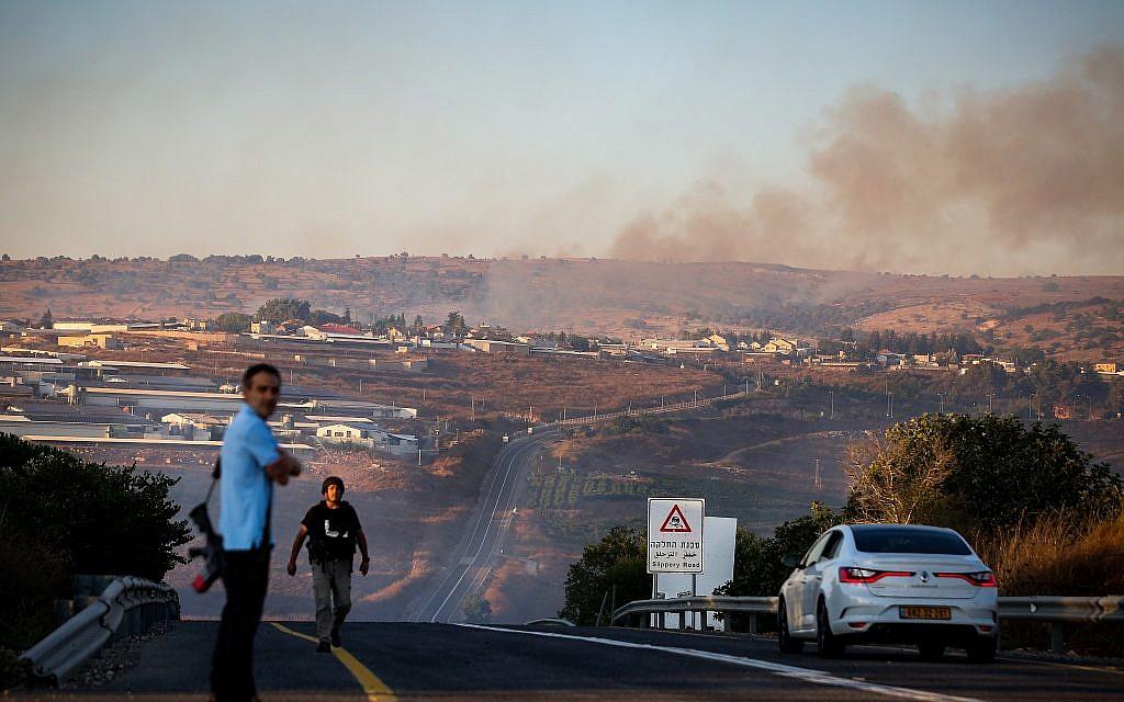 De la fumée émane d'un incendie causé par une roquette tirée depuis le Liban près du Moshav Avivim à la frontière avec le Liban, dans le nord d'Israël, le 1er septembre 2019. (David Cohen/Flash90)