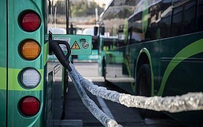 Les nouveaux bus électriques d'Egged à la station de chargement, le 3 septembre 2019. (Crédit : Hadas Parush/Flash90)