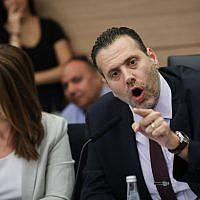 Le député Likud et président de la commission de réglementation de la Knesset, Miki Zohar, (à droite), mène un débat en vue des prochaines élections, à la Knesset, le 9 septembre 2019. (Yonatan Sindel/FLASH90)