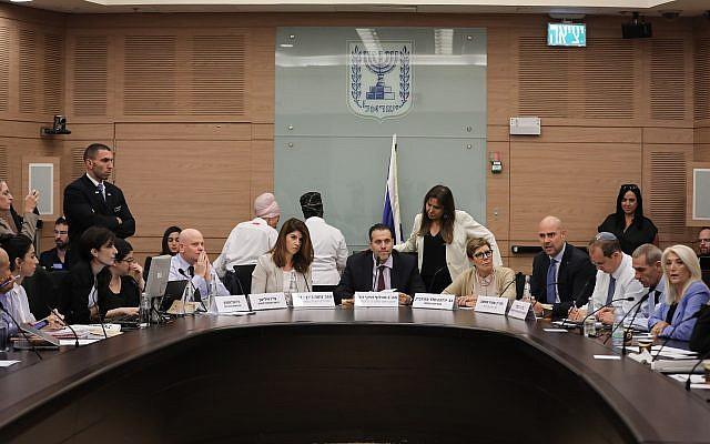 La députée du Likud et présidente de la Commission de régulation, Miki Zohar, au centre, dirige une discussion sur la loi dites des Caméras avant les prochaines élections à la Knesset, le 9 septembre 2019 (Crédit : Yonatan Sindel/FLASH90)