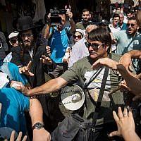 Les partisans du Likud s'opposent aux activistes du Camp démocratique au marché Mahane Yehuda de Jérusalem, le 13 septembre 2019 (Crédit :  Yonatan Sindel/Flash90)