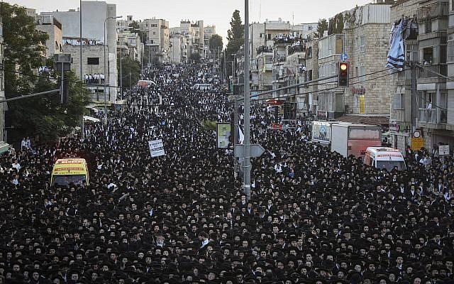 Des milliers d'ultra-orthodoxes à un meeting de campagne de Yahadout HaTorah à Jérusalem le 15 septembre 2019. (Crédit : Yonatan Sindel/Flash90)
