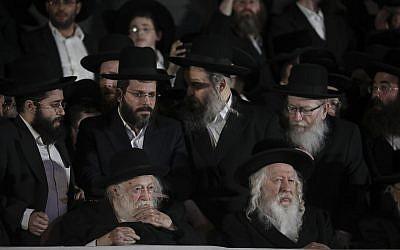 Le chef de file du mouvement hassidique Gour le rabbin Yaakov Aryeh Alter, à droite et le rabbin Chaim Kanievsky lors d'un meeting de campagne de Yahadout HaTorah à Jérusalem le 15 septembre 2019. (Crédit : Yonatan Sindel/Flash90)