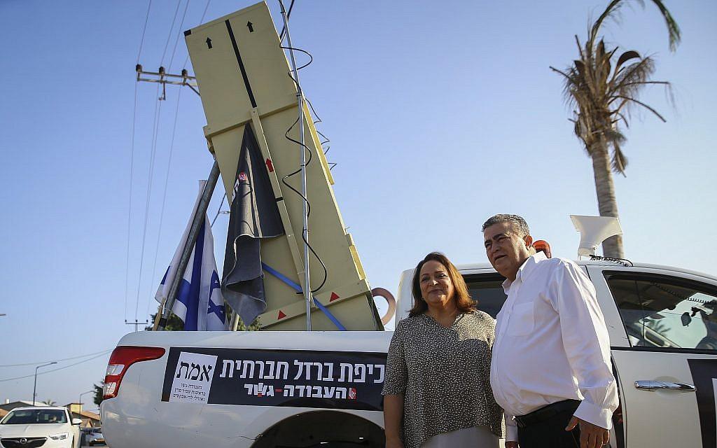 Le président du parti travailliste-Gesher, Amir Peretz et son épouse posent devant un Dôme de fer après avoir voté, à Sderot, le 17 septembre 2019. (Crédit : Flash 90)