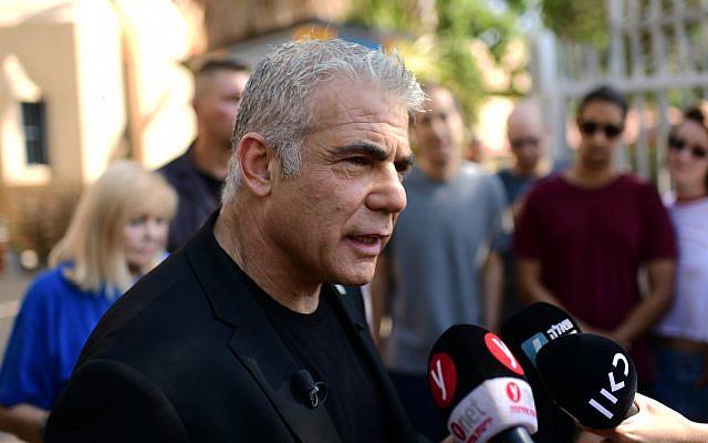 Le député de Kakhol lavan Yair Lapid parle aux médias après avoir voté dans un bureau de vote de Tel Aviv, le 17 septembre 2019. (Crédit : Tomer Neuberg/Flash90)