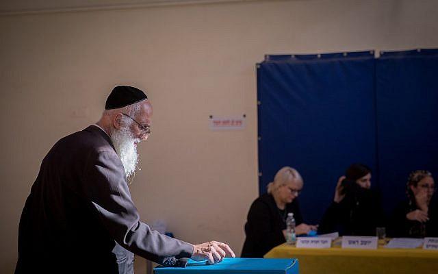 A titre d'illustration : Un homme vote dans un bureau de vote à Jérusalem lors des élections à la Knesset, le 17 septembre 2019. (Yonatan Sindel/Flash90)