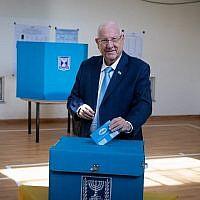 Le président Reuven Rivlin vote à Jerusalem, le 17 septembre 2019 (Crédit : Yonatan Sindel/Flash90)