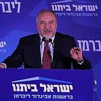 Le leader du parti Yisrael Beytenu, Avigdor Liberman, parle au siège de la formation, à Jérusalem, le soir des élections, le 17 septembre 2019 (Crédit :  Yonatan Sindel/FLASH90)