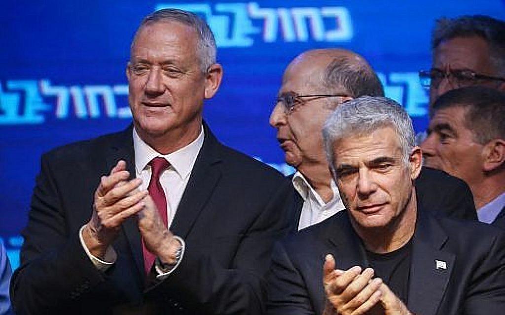 Le chef du parti Kakhol lavan Benny Gantz, (à gauche), avec Yair Lapid, son co-dirigeant, au siège de Kakhol lavan pendant la soirée électorale à Tel Aviv, le 18 septembre 2019. (Crédit : Hadas Parush/Flash90)