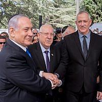 Le président Reuven Rivlin, le Premier ministre Benjamin Netanyahu, et le leader de Kakhol lavan,  Benny Gantz, lors d'une cérémonie de commémoration de feu le président Shimon Peres au mont Herzl de Jérusalem, le 19 septembre 2019 (Crédit : Yonatan Sindel/Flash90)