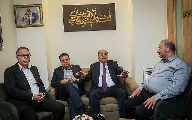 Les leaders de la Liste arabe unie Ayman Odeh, deuxième à gauche,  Ahmad Tibi, deuxième à droite, Mtanes Shehadeh, à gauche et  Mansour Abbas se rencontrent à la Knesset avant leur rencontre avec Reuven Rivlin, le 22 septembre 2019 (Crédit : Yonatan Sindel/Flash90)