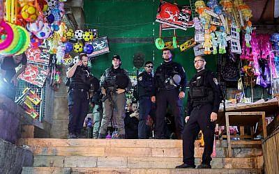 Les forces de sécurité israéliennes sur les lieux d'une tentative d'attaque au couteau dans le quartier musulman de la Vieille ville de Jérusalem, le 26 septembre 2019. (Noam Revkin Fenton/Flash90)