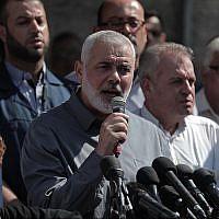 Le leader du Hamas Ismail Haniyeh participe à un rassemblement de solidarité pour les prisonniers palestiniens détenus dans les centres de détention israéliens aux abords du siège de la Croix rouge à Gaza, le 30 septembre 2019 (Crédit : Flash90)