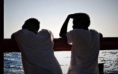 Des réfugiés à bord de l'Ocean Viking regardent la méditerranée (Crédit :  Hannah Wallace Bowman/SOS Mediterranee)