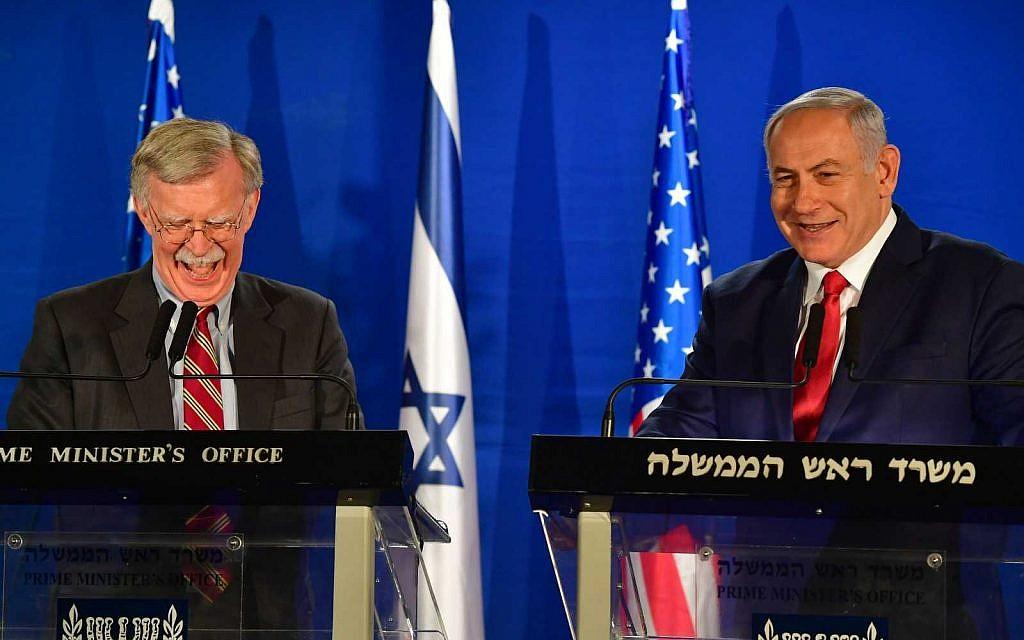 Le Premier ministre Benjamin Netanyahu (à droite) s'entretient avec le conseiller américain pour la sécurité nationale John Bolton, lors d'une déclaration aux médias à la suite de leur réunion à Jérusalem le 6 janvier 2019. (Matty Stern/ambassade des États-Unis à Jérusalem)