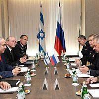 Le Premier ministre Benjamin Netanyahu, (deuxième à gauche), rencontrant le ministre russe de la Défense Sergei Shoigu, le 12 septembre 2019, à Sotchi, en Russie. (GPO)