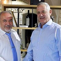 Le chef du parti Kakhol lavan Benny Gantz (à droite) rencontre Avigdor Liberman, chef du parti Yisrael Beytenu, le 23 septembre 2019. (Elad Malka)