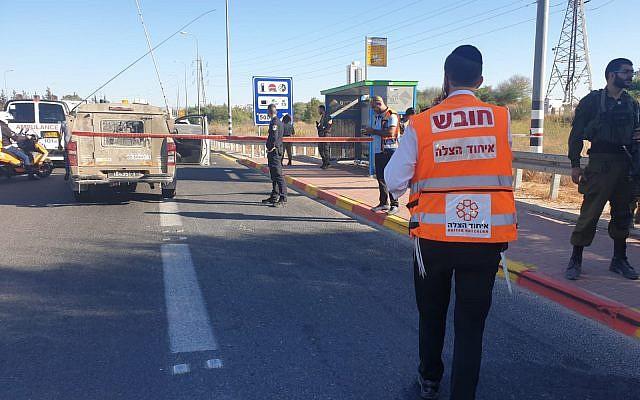 Un employé de United Hatzala sur les lieux d'une attaque au couteau présumée, le 25 septembre 2019, à Maccabim-Reut (Crédit : United Hatzala)