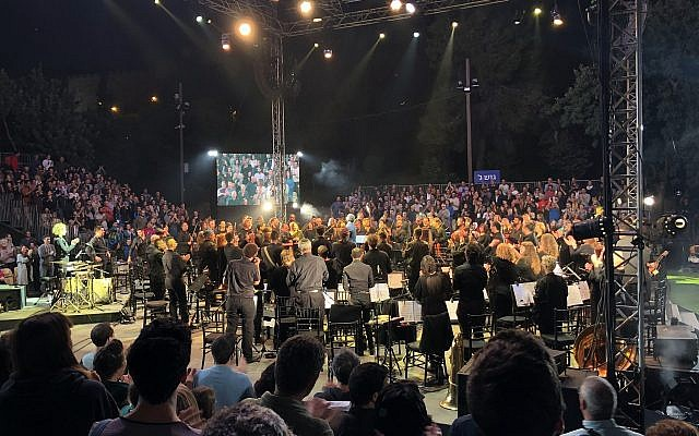 """Les 108 musiciens ayant participé à """"Shalem"""", un concert d'instruments cassés organisé dans le cadre du festival Mekudeshet (Crédit : Jessica Steinberg/Times of Israel)"""
