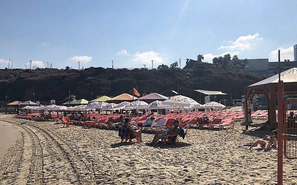 La plage de Mezizim à Tel Aviv, le jour des élections, le 17 septembre 2019 (Crédit : Jacob Magid/Times of Israel)