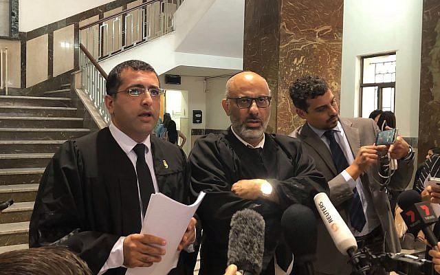 (De gauche à droite) Les avocats de Malka Leifer Tal Gabay et Yehuda Fried parlent aux journalistes au tribunal de district de Jérusalem le 23 septembre 2019. (Crédit : Jacob Magid/Times of Israel)