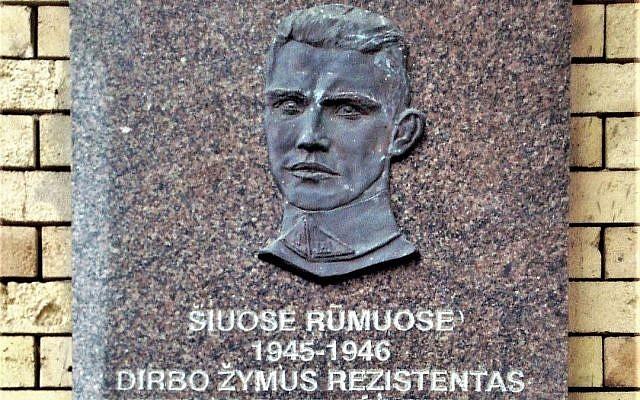 Plaque en hommage à Jonas Noreika à Vilnius. Elle a été retirée en juillet 2019 et reinstallée en septembre. (Crédit : Alma Pater/Wikimedia Commons via JTA)