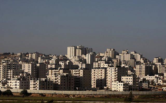 Les constructions non-régulées dans le quartier Kafr Aqab de Jérusalem avec la barrière de sécurité au premier plan (Crédit : AP Photo/Majdi Mohammed)