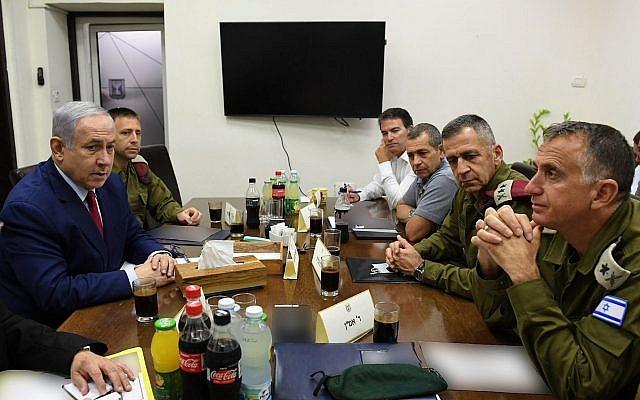 Le Premier ministre Benjamin Netanyahu (à gauche) est vu avec les chefs de la sécurité au quartier général de Tsahal à Tel Aviv le 10 septembre 2019, quelques heures après qu'une attaque à la roquette sur Ashdod l'a forcé à s'abriter pendant une manifestation électorale. (Ariel Hermoni/Defense Ministry)