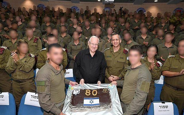 Les membres d'une brigade commando de l'armée israélienne offrent un gâteau au président Reuven Rivlin pour son 80e anniversaire, le 9 septembre 2019. (Crédit ;:Mark Neiman/GPO)