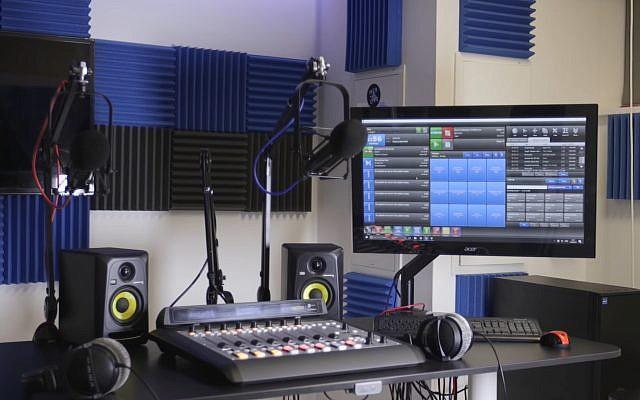 Illustration : un studio de radio. (Crédit : YouTube)