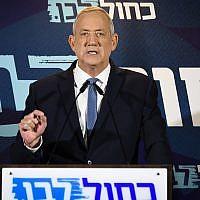 Le chef du parti Kakhol lavan Benny Gantz fait une déclaration à Tel Aviv, le 26 septembre 2019 (Crédit : Avshalom Shoshoni/Flash90)