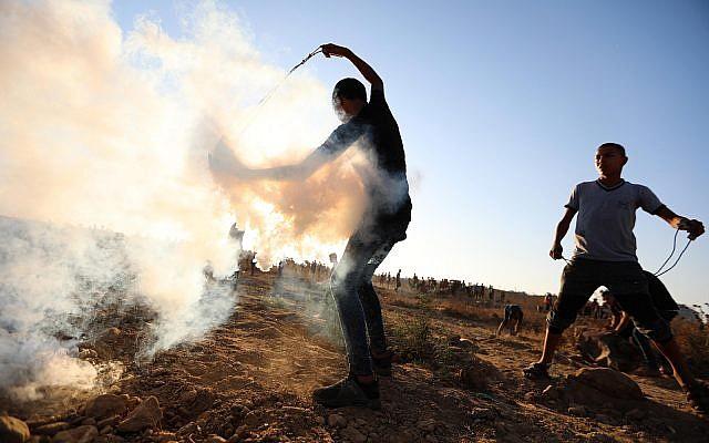 Photo d'illustration : Les manifestants palestiniens affrontent les troupes israéliennes le long de la bande de Gaza, près de Gaza City, le 6 septembre 2019 (Crédit : Hassan Jedi/Flash90)