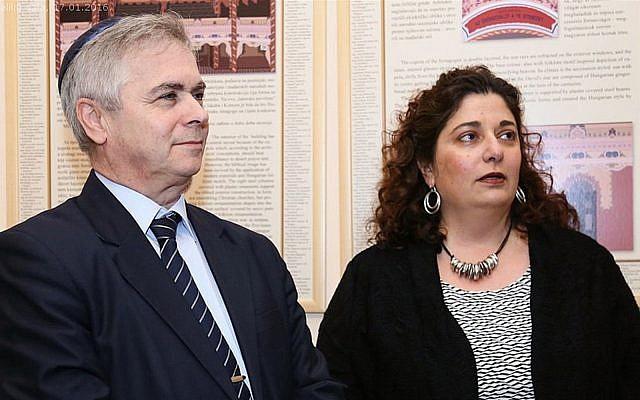 Cherrie Daniels et un membre de la communauté juive de Subotica, en Serbie, lors d'une visite le 16 janvier 2016. (Autorisation : communauté juive de Subotica via JTA)