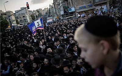 Des milliers de partisans ultra-orthodoxes du parti HaYadout HaTorah lors d'un rassemblement à Jérusalem, le 15 septembre 2019 (Crédit :  Yonatan Sindel/Flash90)