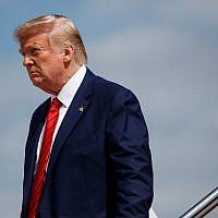 Le président américain Donald Trump descend d'Air Force One après être arrivé sur la base de l'aviation militaire d'Andrews dans le  Maryland, le 26 septembre 2019. (Crédit : AP Photo/Evan Vucci, file)
