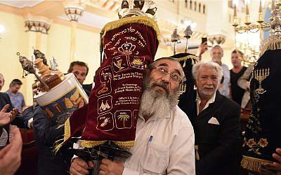 Les Juifs de France fêtent l'inauguration d'un nouveau rouleau de Torah à la Grande synagogue de Nice, le 11 juillet 2019 (Autorisation :  Consistoire Nice/Henri Belhassen via JTA)