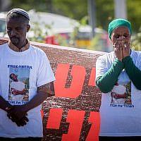 La famille d'Avraham Abera Mengistu proteste devant la résidence du Premier ministre à Jérusalem, le 26 juin 2016. (Crédit : Yonatan Sindel/Flash90)