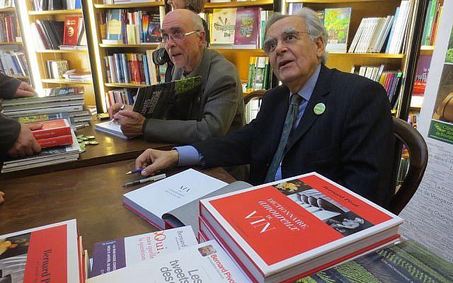 Bernard Pivot (à droite) en dédicace à Beaune, en 2013. (Crédit : Arnaud 25 / Wikimédia / CC BY-SA 3.0)