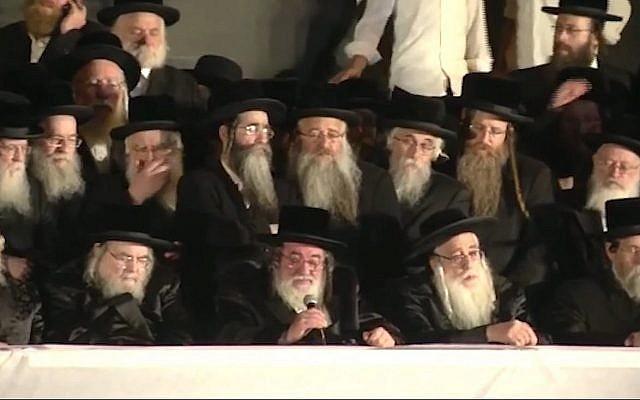 Capture d'écran d'une vidéo du rabbin Yisroel Hager, chef de la branche hassidique Vizhnitz au centre, au premier rang, pendant un meeting électoral de Yahadout HaTorah, à Jérusalem, le 15 septembre 2019. (Crédit ::YouTube)